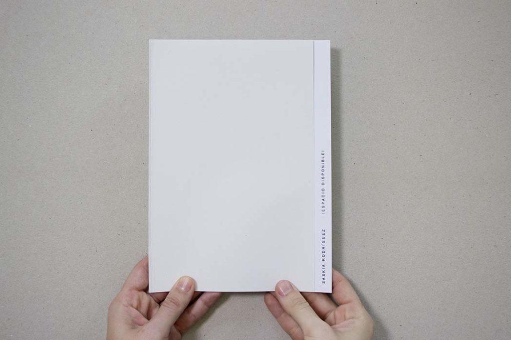 manos sujetando libro de obras